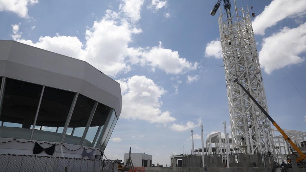 Aeropuerto de Santa Lucía es una obra única en el mundo, solo en China puede haber algo así: AMLO - Construcción del Aeropuerto Internacional de Santa Lucia (AISL). Foto de EFE