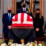 Abucheos a Trump en su visita a la capilla ardiente de la jueza del Supremo - Foto de EFE