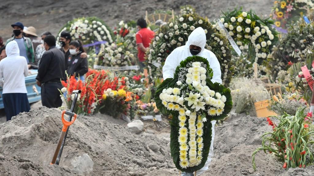 COVID-19 podría ser la primera causa de muerte en México para fin de año - Entierros de víctimas de COVID-19 en panteón de Valle de Chalco, Estado de México. Foto de EFE / Archivo