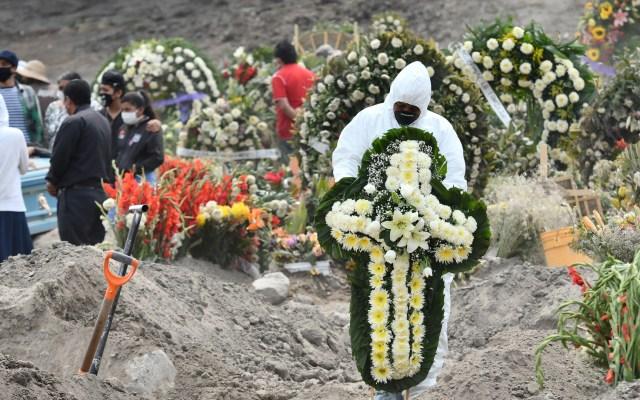 Proyectan que muertes por COVID-19 en el mundo alcanzarían los 2.8 millones para marzo de 2021 - Entierros de víctimas de COVID-19 en panteón de Valle de Chalco, Estado de México. Foto de EFE / Archivo