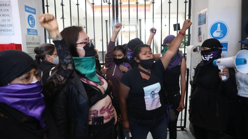 Mantienen feministas toma de instalaciones de la CNDH en CDMX - Feministas en instalaciones de la CNDH en el Centro Histórico de la CDMX. Foto de EFE