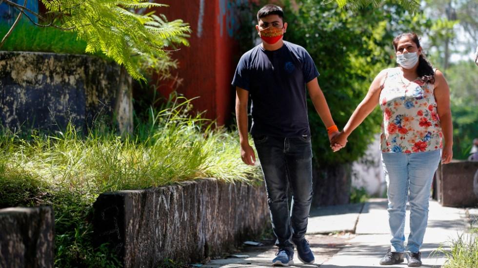La batalla por vivir con hemofilia en México - Adriana Cabrera (d) y su hijo, Esteban Reyes (i) que sufre de hemofilia, caminan de la mano el 16 de septiembre de 2020 durante una entrevista con EFE, en Guadalajara, Jalisco. Foto de EFE