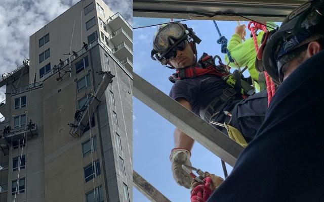 Rescatan en Houston a trabajadores atrapados en plataformacolapsada - Houston edificio rescate bomberos 2