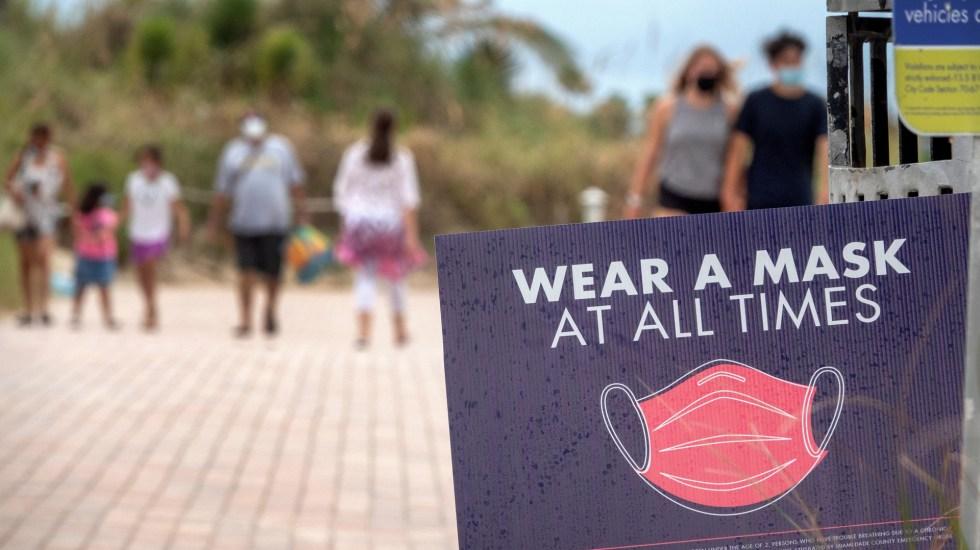 Proyectan hasta 217 mil muertes en EE.UU. por COVID-19 para octubre - Letrero que exige uso de cubrebocas en zona de playas de Miami, Florida. Foto de EFE