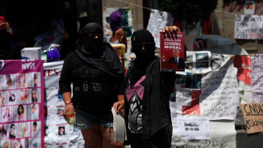 Habrá, por fin, diálogo por toma de CNDH. Sánchez Cordero se reunirá con colectivos - Manifestantes mantienen tomadas las instalaciones de la CNDH. Foto de EFE