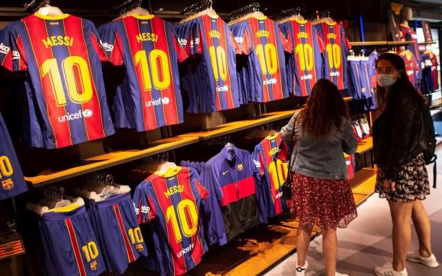 Jorge Messi exhibe contrato de Lio por el que queda libre; Laliga responde que cláusula sigue vigente - Ambiente alrededor de la figura de Leo Messi en el Museo del FC Barcelona. Foto de Archivo/ EFE/ Enric Fontcuberta.