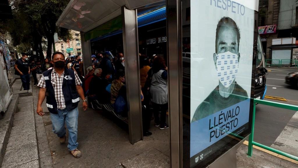 Sistema de detección de casos de COVID-19 a través de Código QR en Ciudad de México ha enviado más de 5 mil mensajes de alerta - Fotografía de una publicidad que promueve el uso correcto del tapabocas, el pasado 12 de septiembre de 2020, en una estación de autobuses en el centro histórico de Ciudad de México. Foto de EFE/José Méndez.