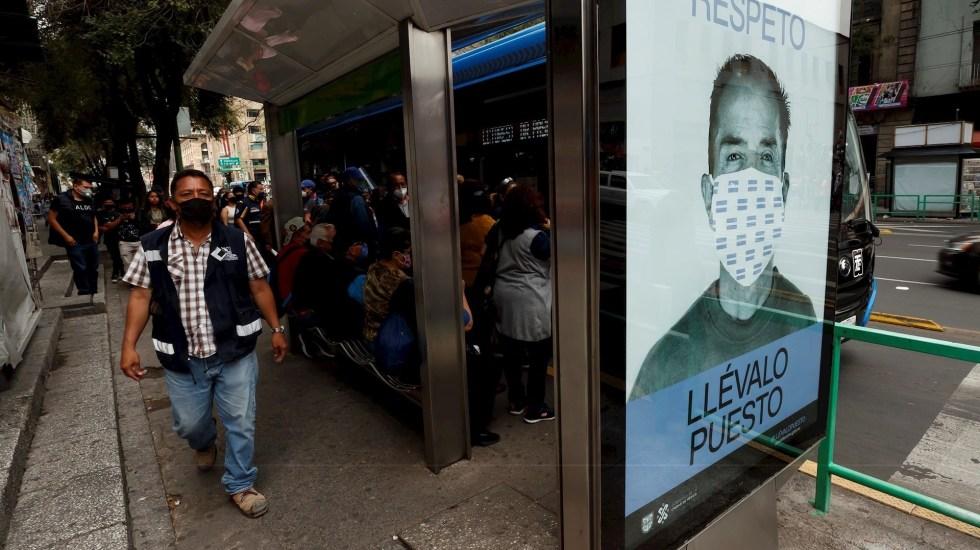 Con rebrote de COVID-19 e influenza, se implementarían nuevas medidas de movilidad, advierte López-Gatell - Fotografía de una publicidad que promueve el uso correcto del tapabocas, el pasado 12 de septiembre de 2020, en una estación de autobuses en el centro histórico de Ciudad de México. Foto de EFE/José Méndez.