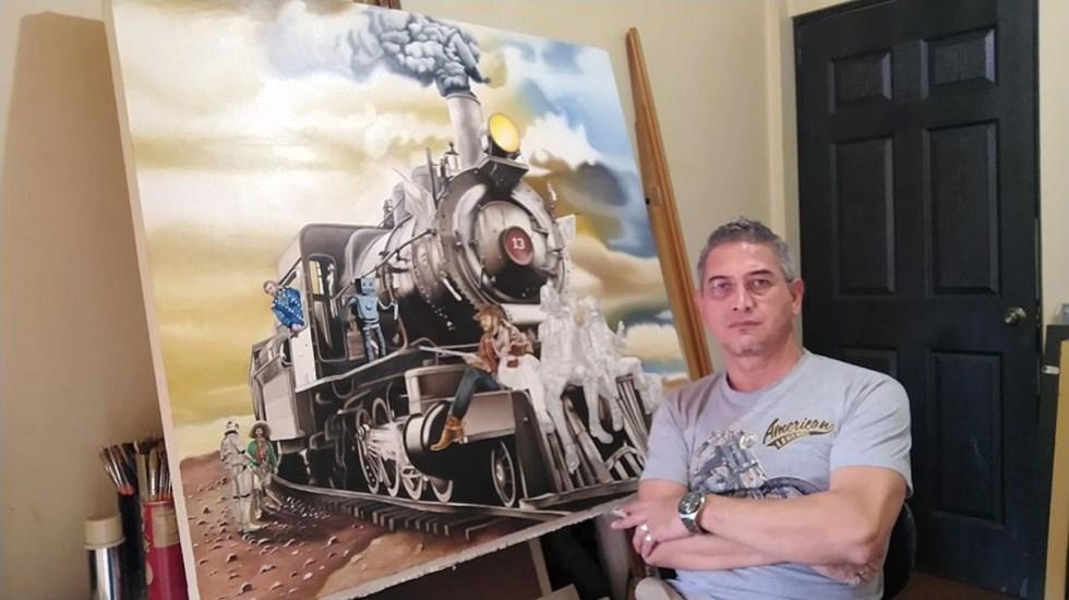 Miguel Angel Tapia, el artista mexicano que reinterpreta el hiperrealismo - Miguel Angel Tapia con una de sus obras. Foto de @tapiaortizartista