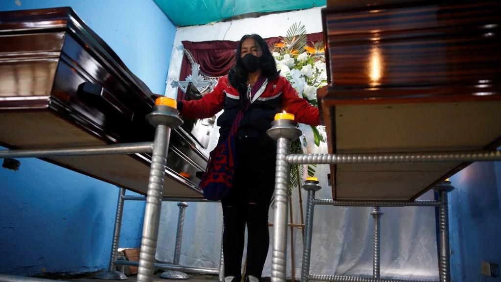Dos nuevas masacres en Colombia dejan ocho muertos - Lucila Huila vela los cuerpos de sus hijos Hiner y Esneider Collazos, víctimas de una masacre en la provincia del Cauca. Foto de EFE