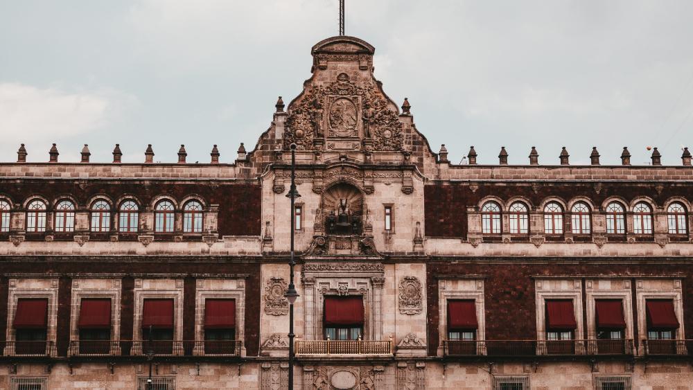 AMLO no descarta enviar otra iniciativa para que nadie en Administración Federal gane más que el presidente - Palacio Nacional de México. Foto de Alejandro Barba para Unsplash