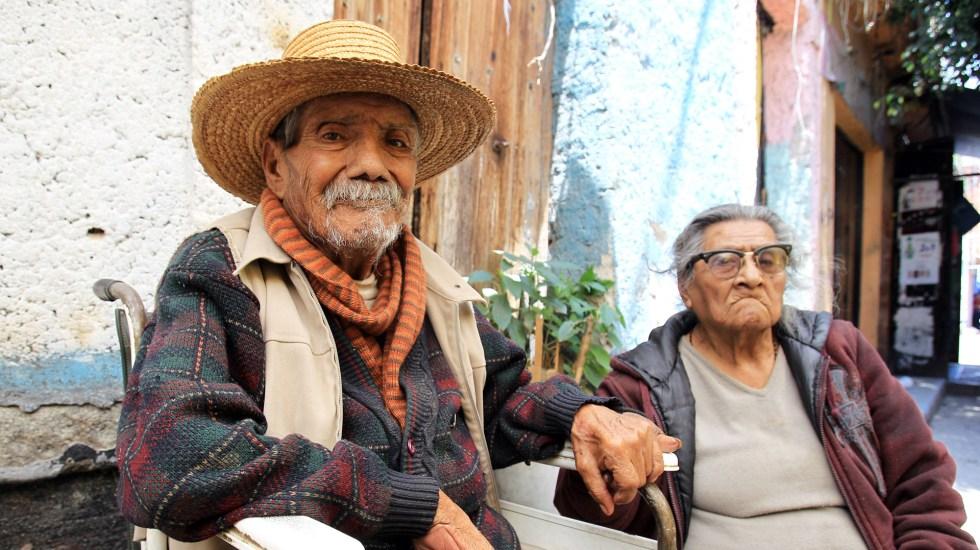 Iglesia católica celebrará cada julio el Día del Abuelo - Pareja de ancianos en la Ciudad de México. Foto de EFE