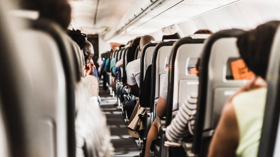 Murió mujer por COVID-19 en pleno vuelo en Texas; presentaba problemas para respirar - Pasajeros durante vuelo. Foto de Gerrie van der Walt / Unsplash