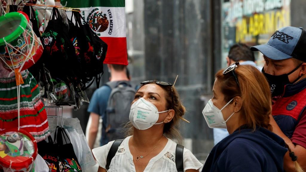 Más cabrones que mexicanitos - Personas compran artículos varios de cara a la celebración de la Independencia de México. Foto de EFE