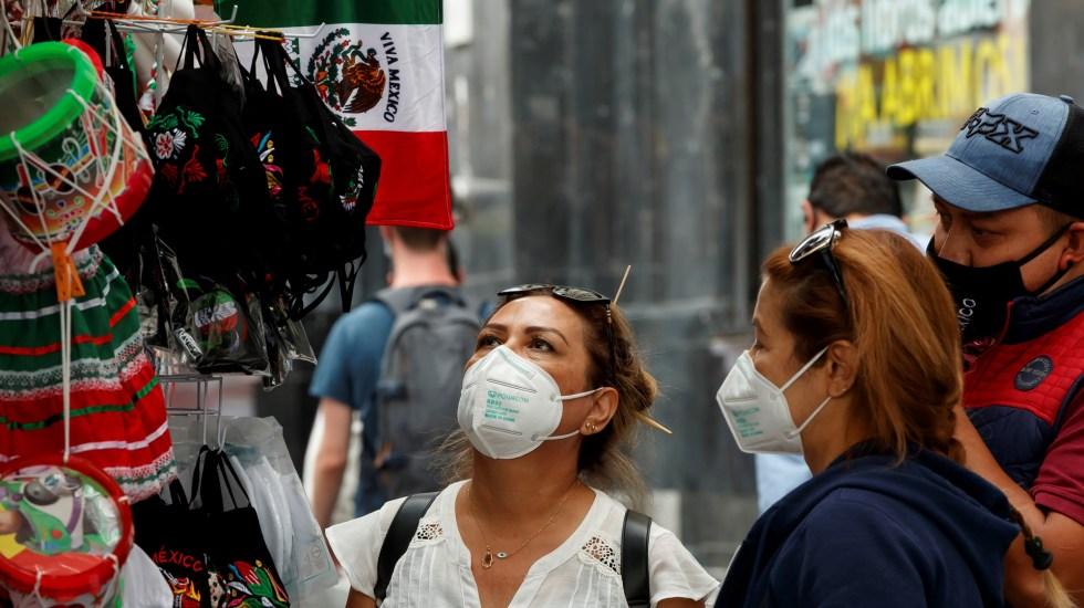 López-Gatell pide mantener confinamiento durante fiestas patrias - Personas compran artículos varios de cara a la celebración de la Independencia de México. Foto de EFE