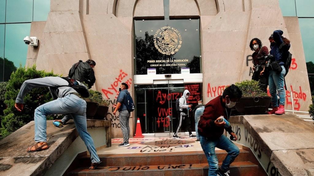 Padres de normalistas de Ayotzinapa protestan frente al CJF; denuncian casos de corrupción de jueces - Foto de EFE