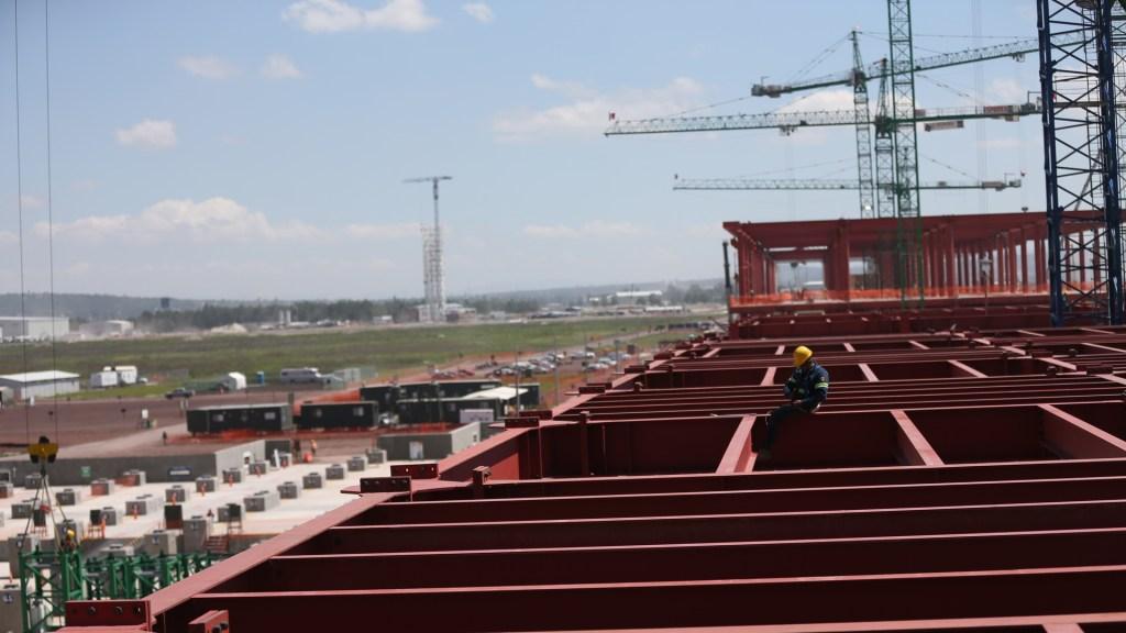 Cae producción industrial 3.3 por ciento anual en octubre - Trabajos de construcción del AISL. Foto de EFE