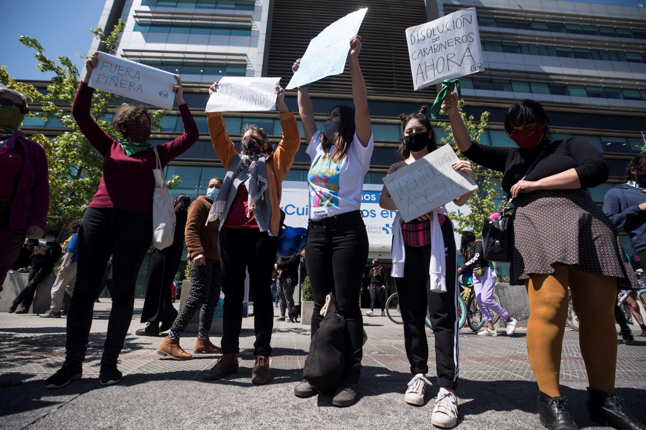 Cientos de personas protestan contra de la policía y en apoyo al menor de edad arrojado, presuntamente por Fuerzas Especiales de Carabineros, al río Mapocho en la entrada de la Clínica Santa María en Santiago (Chile), donde se encuentra ingresado. Foto de EFE/Alberto Valdes.
