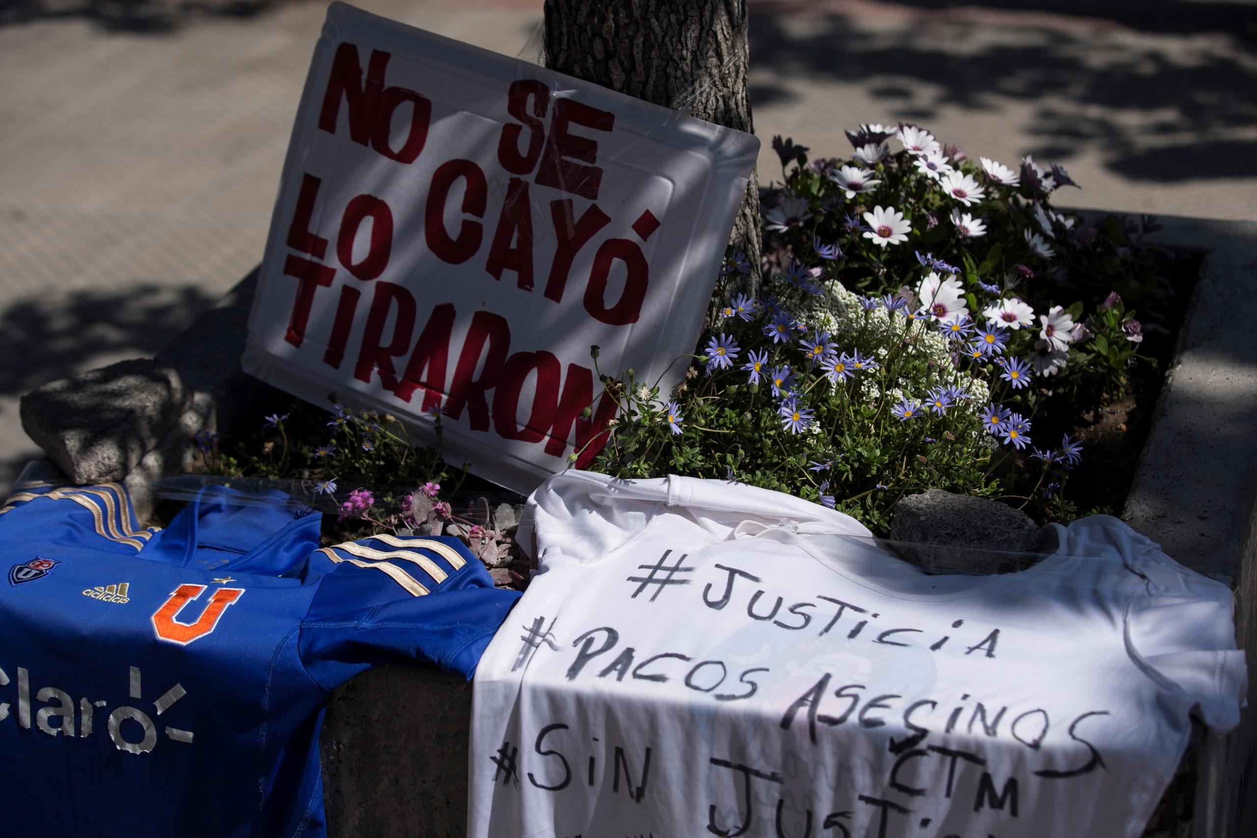 Carteles y camisas con mensajes contra la policía y en apoyo al menor de edad arrojado, presuntamente, por Fuerzas Especiales de Carabineros al río Mapocho durante protestas son vistos, este sábado, en la entrada de la Clínica Santa María en Santiago de Chile, donde se encuentra ingresado. Foto de EFE/Alberto Valdes.