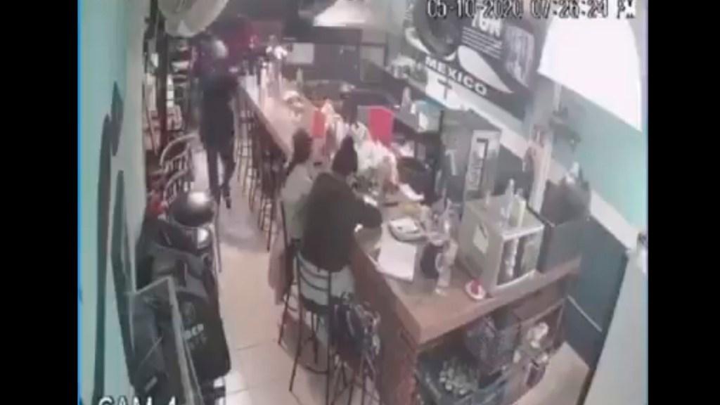 #Video Delincuentes encañonan a niña durante asalto en Cuautitlán, Edomex - Los delincuentes apuntando con un arma a una niña durante asalto en el Estado de México. Foto Captura de pantalla