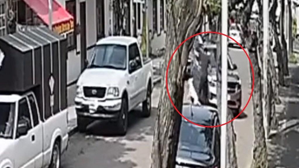 #Video Camioneta atropella en CDMX a joven mientras paseaba a su perro - Atropello de joven en Álvaro Obregón. Captura de pantalla