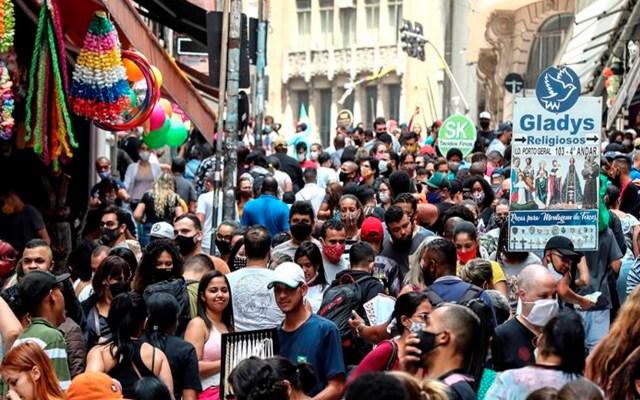 Brasil rebasa los 5.4 millones de casos confirmados de COVID-19 - Transeúntes caminan por una vía comercial en el centro de Sao Paulo (Brasil). EFE/ Sebastiao Moreira/Archivo