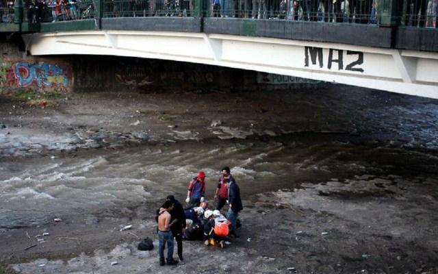 #Video Detienen en Chile a policía que arrojó a menor al río durante manifestación - Foto de Agencia UNO Chile.