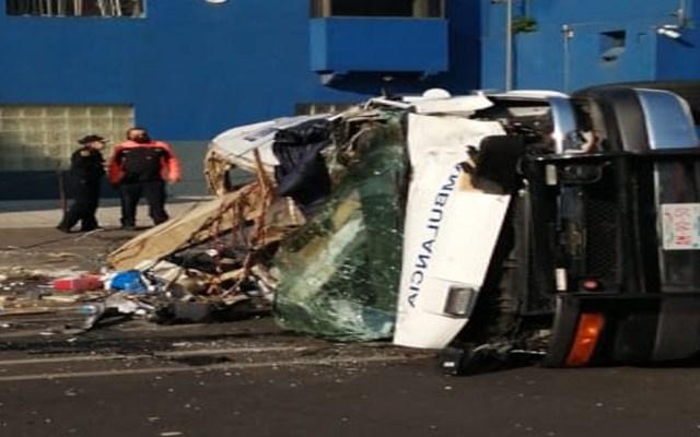 #Video Ambulancia vuelca sobre Eje Central; hay cuatro lesionados - Un vehículo particular se impactó contra una ambulancia en la alcaldía Benito Juárez.Foto Twitter @SGIRPC_CDMX