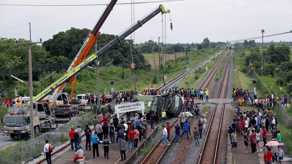Choque entre tren y autobús en Tailandia deja 18 muertos - Choque entre tren y autobús en Bangkok. Foto de EFE