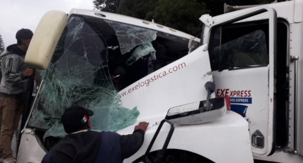Choque entre tráiler y autobús en la Naucalpan-Toluca deja al menos 18 lesionados - El choque en la Naucalpan-Toluca. Foto de @relampagoazulmx