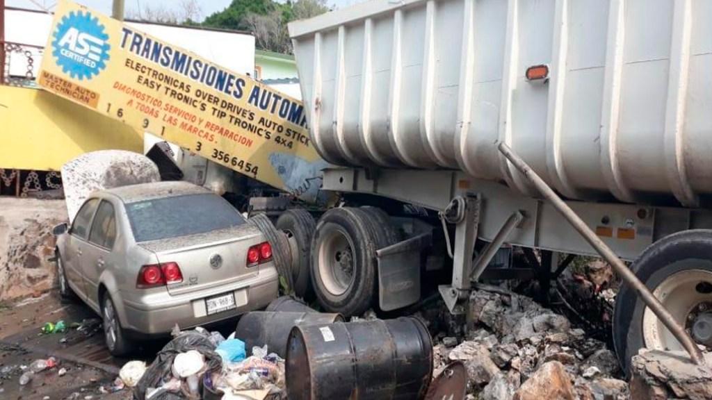 Camión choca contra autos y una casa en Morelos; hay un muerto - Foto Sur Digital