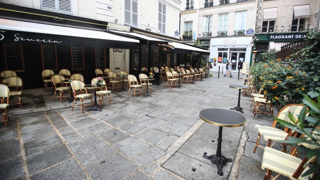 Endurecen en Europa restricciones para frenar segunda ola de COVID-19 - Cierre de bares en París por toque de queda contra COVID-19. Foto de EFE