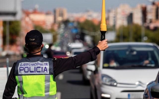 """""""No podíamos quedarnos de brazos cruzados"""", asegura Pedro Sánchez tras estado de alarma por COVID-19 - Controles viales en Madrid por estado de alarma ante COVID-19. Foto de EFE"""