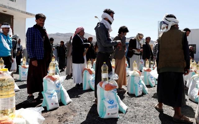 Emergencia humanitaria en Yemen - Yemeníes obtienen raciones de alimentos para sus familias, proporcionadas por el grupo de ayuda local, Mona Relief Yemen, en medio de una enorme escasez de fondos de ayuda humanitaria, en Sana'a. Foto de EFE