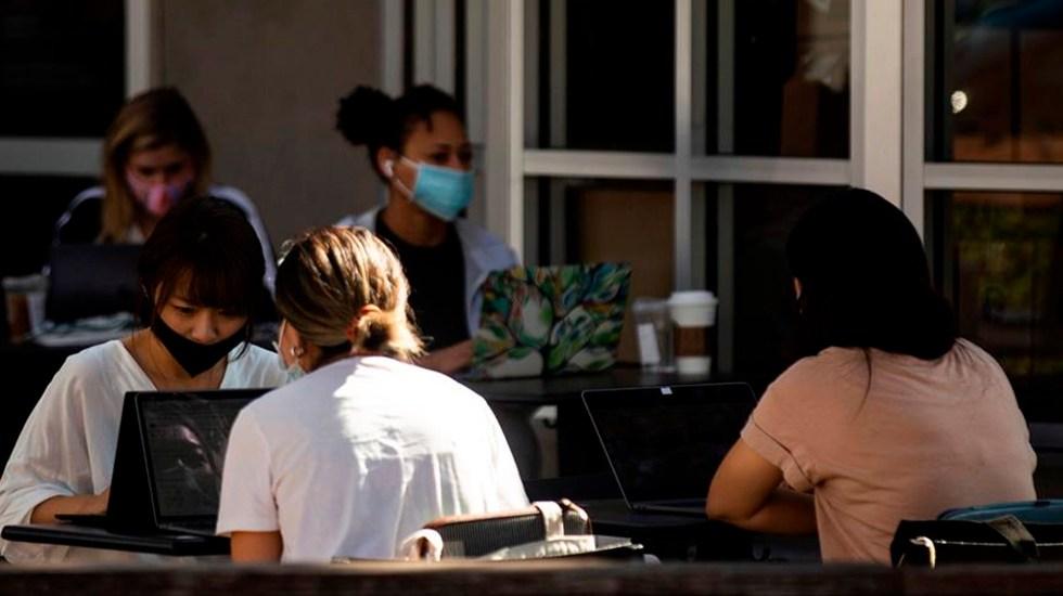 Los casos de COVID-19 en Estados Unidos superan los 9 millones y aumentan en más de 20 estados - Personas trabajan en la terraza de un bar y restaurante con cubrebocas en medio de la pandemia de coronavirus en los Ángeles, California. Foto EFE