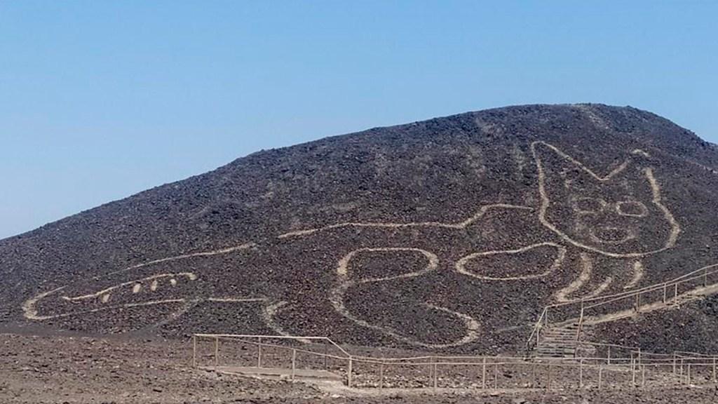 Hallan por casualidad en Perú geoglifo de gato en Pampa de Nazca - La figura de un gato de unos 37 metros de largo reposando sobre una colina arenosa en la Pampa de Nazca (Perú). EFE/Ministerio de Cultura de Perú