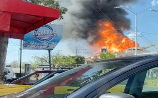 Bomberos ya atienden en Nuevo Periférico y avenida Matatlán incendio en gasera de Tonalá - Foto Twitter @HectorXkamylla