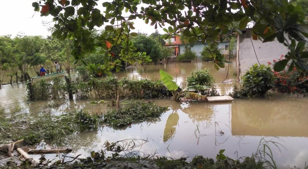 Intensas lluvias e inundaciones en el sureste mexicano dejan siete muertos y más de 600 mil damnificados - La comunidad de Jalapa, Tabasco, una de las más afectadas por las inundaciones debido al desfogue de la presa Peñitas. Foto de López-Dóriga Digital
