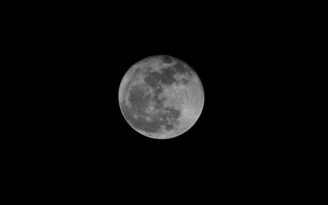 Hallan datos inequívocos de agua en la Luna y bolsas que pueden albergarla - Foto de EFE