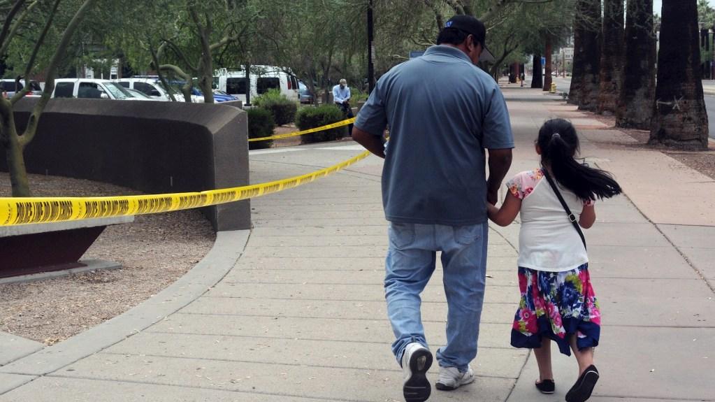 No hay registro de migrantes menores no acompañados que hayan entrado a México, aclara Roberto Velasco - Un hombre camina junto a su hija tras salir de una cita en la Oficina de Control de Inmigración y Aduanas (ICE), en centro de Phoenix, Arizona. Foto de EFE/Beatriz Limón/Archivo.