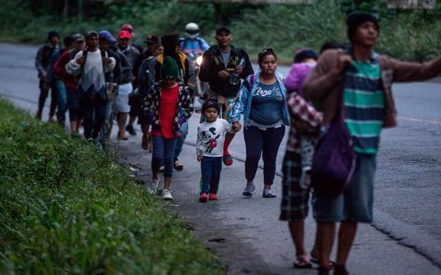 Caravana de migrantes hondureños avanza por Guatemala - Migrantes hondureños continúan hoy su camino en caravana hacia Estados Unidos mientras caminan por una carretera de El Cinchado (Guatemala). EFE/Esteban Biba