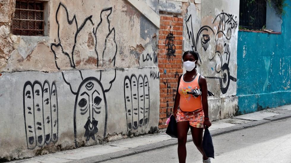 América roza los 20 millones de casos de COVID-19 - Mujer con cubrebocas en calles de La Habana, Cuba. Foto de EFE