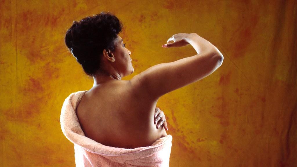 Diagnóstico tardío del cáncer de mama en Latinoamérica ocurre en 55 por ciento de casos - Mujer se realiza una autoexploración contra el cáncer de mama. Foto de National Cancer Institute / Unsplash