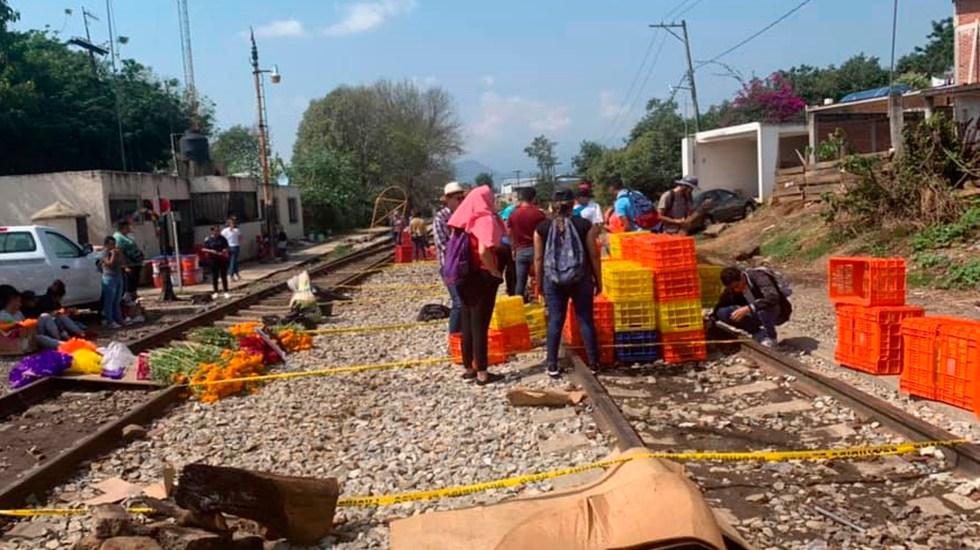 Estudiantes normalistas ponen ofrendas en vías del tren en Michoacán para apoyar a maestros de la CNTE - Foto Facebook Coordinación de Egresados ONOEM