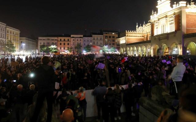 Protesta en Cracovia contra endurecimiento de la ley de aborto - Protesta en Cracovia por endurecimiento de la ley de aborto. El 22 de octubre, el Tribunal Constitucional de Polonia dictaminó que las leyes que actualmente permiten el aborto debido a defectos fetales son inconstitucionales. Al explicar su veredicto, el Tribunal dijo que la vida humana es valiosa en cada fase del desarrollo y, por lo tanto, debe estar protegida por la ley. Foto de EFE