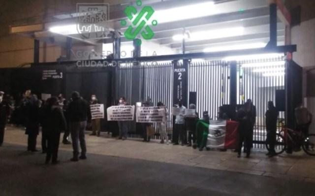 Marinos mercantes protestan en puerta del Senado; impiden paso a legisladores - Foto de Ovial