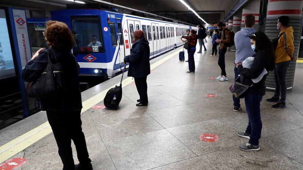 Pedirá Madrid fin del estado de alarma por COVID-19 ante baja de nuevos casos - Sana distancia en Metro de Madrid por COVID-19. Foto de EFE
