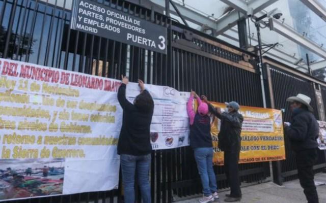 #Video Se enfrentan trabajadores del Senado con manifestantes que protestaban en las inmediaciones de la Cámara - Foto de La Razón