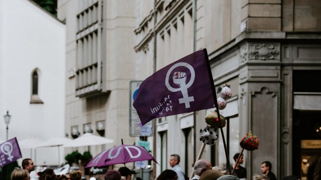 Solución a la desigualdad contra mujeres no está en el lenguaje inclusivo, señala Gonzalo Celorio - Símbolo del género femenino. Foto de ?? Claudio Schwarz / Unsplash