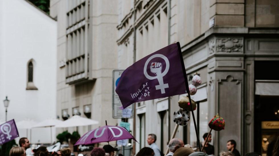 Solución a la desigualdad contra mujeres no está en el lenguaje inclusivo, señala Gonzalo Celorio - Símbolo del género femenino. Foto de 🇨🇭 Claudio Schwarz / Unsplash